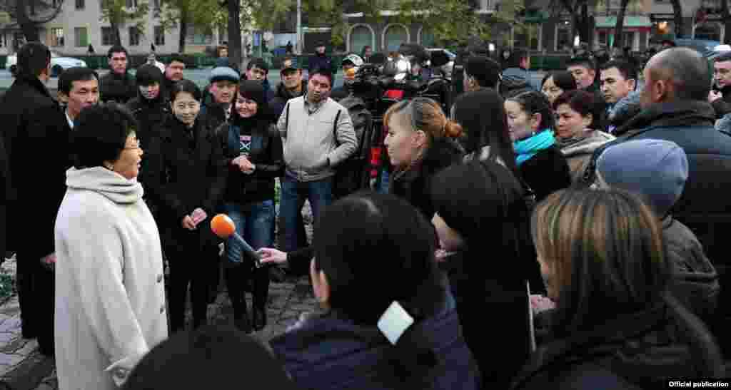 """Роза Отунбаева встретилась с организаторам акции """"Розы для Розы"""", Бишкек, ноябрь, 2011."""