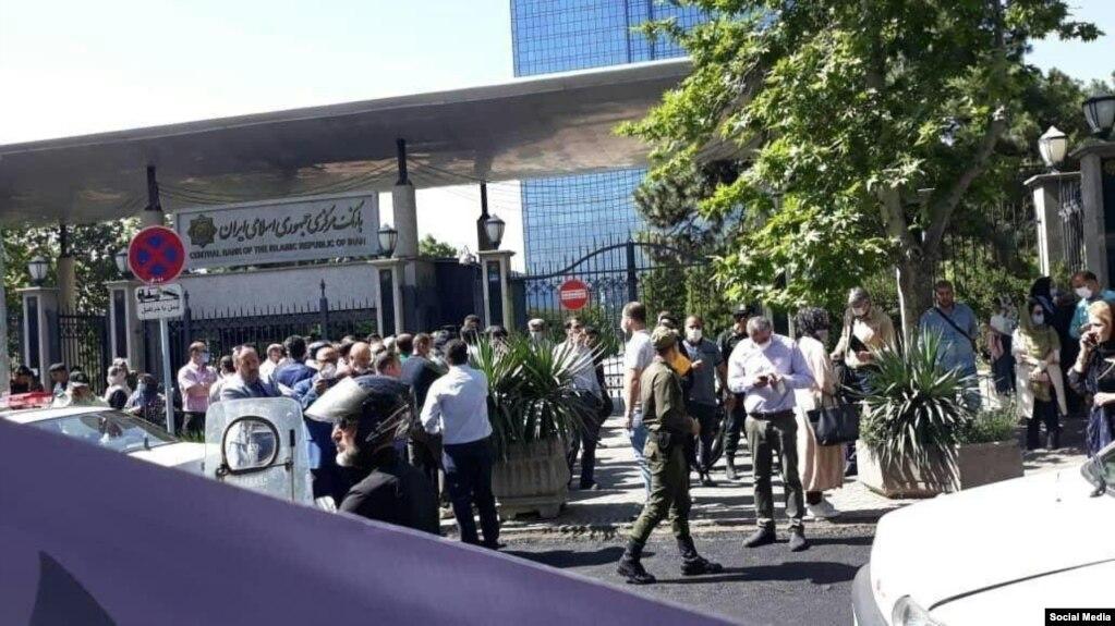 یکی از تجمعات اعتراضی در برابر بانک مرکزی ایران