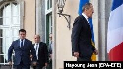 """""""Норманд төрттүгүнө"""" кирген мамлекеттердин тышкы иштер министрлери жыйынга кирип бараткан учур. Берлин. 11-июнь, 2018-жыл."""