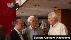 Олесь Шевченко, Евгений Сверстюк и Василий Овчарук в здании Украинского музыкального театра в Симферополе. 18 мая 2011 года