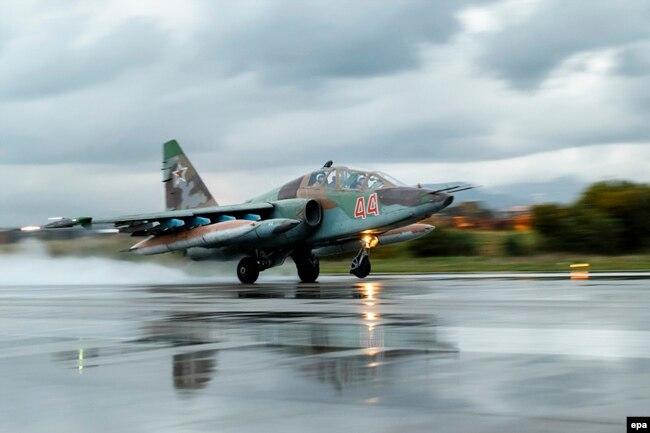 Су-25 совершает вылет с авиабазы Хмеймим