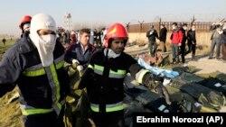 نیروهای امدادی ایران، در حال انتقال باقیمانده اجساد سرنشینان پرواز ۷۵۲