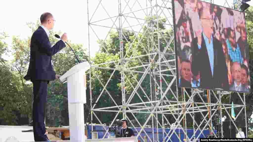 Лідер партії «Фронт змін» Арсеній Яценюк. Форум об'єднаної опозиції, Київ, 12 травня 2012 року