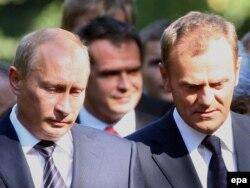 Владимир Путин, тогда премьер-министр РФ, и его польский коллега Дональд Туск на церемонии в Польше в честь 70-летия со дня начала Второй мировой войны, 1 сентября 2009. Десять лет спустя на подобные торжества Путина не позвали