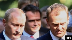 Премьер-министр Польши Дональд Туск и его коллега из России Владимир Путин на памятной церемонии в Гданьске