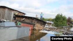 Жители Комсомольска-на-Амуре на крыше затопленного дома