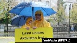 Активисты Greenpeace не прекращают круглосуточный пикет и в дождливую погоду