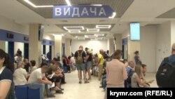 Жители Крыма в херсонском центре оформления загранпаспортов.