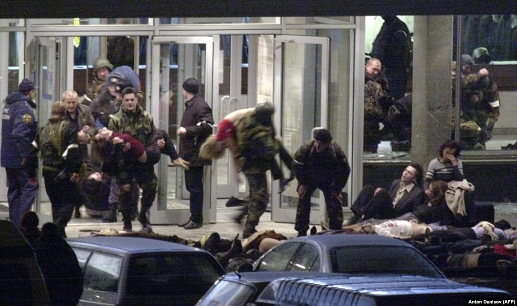"""2002 жылы 23 қазанда Шешенстандағы исламистер Мәскеудегі театрға шабуыл жасап, мыңға жуық көрермен, актерлерді кепілге алды. Бұл оқиға жұрт аузында """"Норд-Ост"""" деп аталады. Үш күннен кейін Ресей қарулы жасағы театрға басып кірді. Кремль театрға шабуыл жасағандардың барлығы мерт болғанын хабарлады. Бұдан бөлек, кепілге алынған 130 адам да қаза тапты. Сарапшылар Ресейдің құтқару операциясын """"сәтсіз болды"""" деп сынады."""