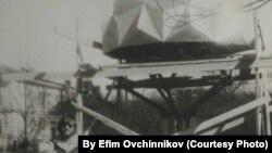 Николай Овчинников во время строительства Дерева Дружбы