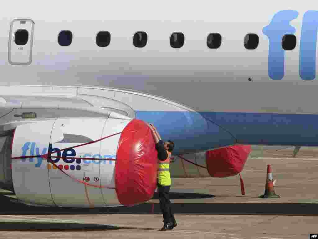 ბელფასტის აეროპორტში დამცველ ხუფებს აფარებენ ავიალაინერის ძრავებს. - ისლანდიაში ვულკანის ამოფრქვევა სულ უფრო მეტად აფერხებს საჰაერო მიმოსვლას. საქმე გვაქვს გლობალური საჰაერო სივრცის ყველაზე მასშტაბურ შეზღუდვასთან იმ ზომების შემდეგ, რომლებიც 2001 წლის 11 სექტემბრის ტერაქტებს მოჰყვა საჰაერო მიმოსვლაში.