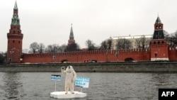 Активіст Greenpeace виступає проти буріння нафтових свердловин в Арктиці, Москва, квітень 2013 року