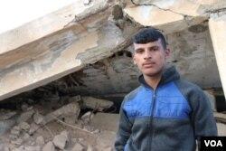 Suliman (17) kaže da je vidio tijela žena i djece na prvim linijama fronta u Baguzu, Sirija, gdje se borci Islamske države bore za zadnji pedalj teritorije. IDIL je možda i zvanično dokrajčen ali napadi se svakodnevno nastavljaju. 2. mart, 2019. Tel Hamis, Sirija (H. Murdock/VOA)