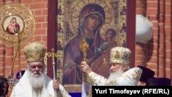 Патриарх Московский и всея Руси Кирилл во время благословения прихожан. Москва, май 2012 год.