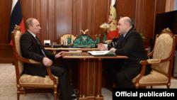 Vladimir Putin (solda) və Mikhail Mishustin