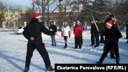 """Участники """"безалкогольного"""" празднования Нового года сражаются на рапирах из сосулек, 1 января 2014 г. Фото Екатерины Вертинской"""