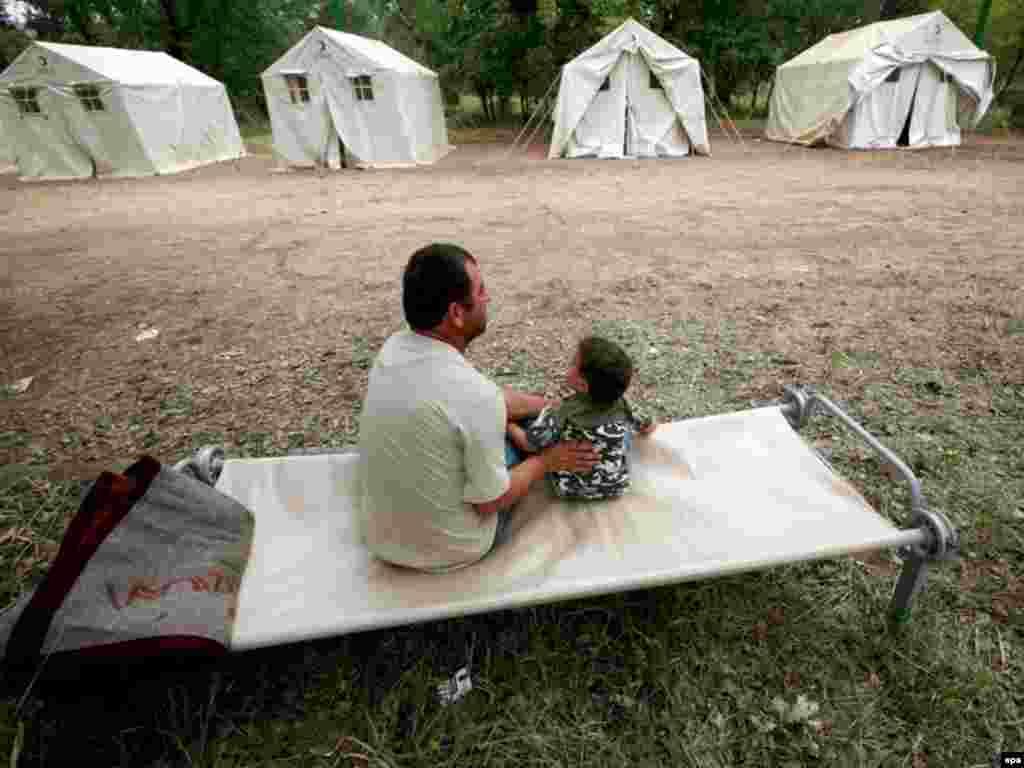 Грузинские беженцы из Южной Осетии в лагере для беженцев в Рустави (20 км. от Тбилиси), 20 августа 2008