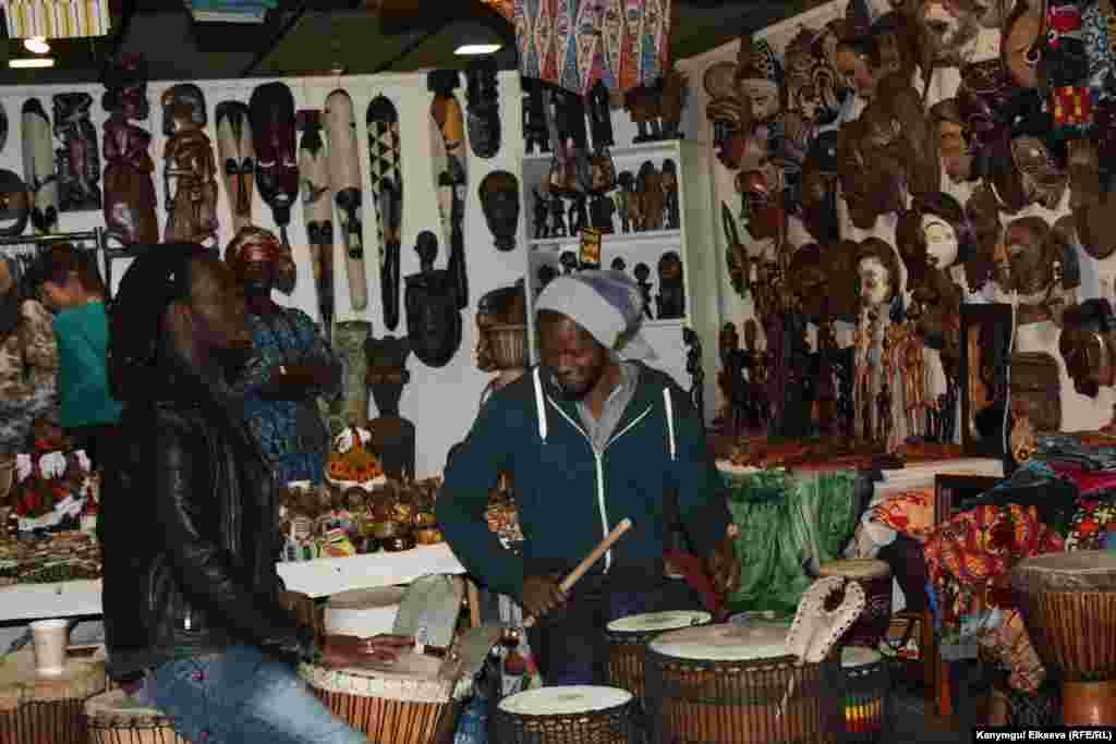Африкалыктардын буюму, музыкасы көптөрдү кызыктырды.