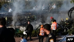 نمایی از اتوبوسی که در اثر انفجار روز دوشنبه در بیتالمقدس در آتش سوخت.
