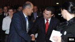 Премиерот Никола Груевски и претседател на ВМРО-ДПМНЕ и лидерот на Словенечката демократска странка и кандидат за премиер на Словенија Јанез Јанша. Груевски беше почесен гостин на изборната конвенција на Словенечката демократска странка.