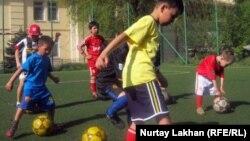 Футбол ойынын үйреніп жүрген балалар. Алматы, 20 сәуір 2012 жыл.