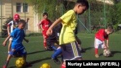 Дети на занятиях футбольного клуба. Алматы, 20 апреля 2012 года.