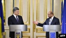 Президент України Петро Порошенко (ліворуч) та президент Європарламенту Мартін Шульц під час зустрічі у Києві. 3 липня 2015 року