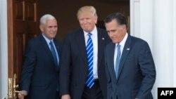 Майк Пенс (зліва), Дональд Трамп та Мітт Ромні на виході з будівлі гольф-клубу Трампа «Бедмінстер», штат Нью-Джерсі, 19 листопада 2016 року