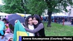 Кыргызская студентка Алина Алымкулова (справа) с участницей митинга иранской оппозиции в Париже. 19 июня 2013 года.