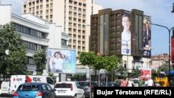 Pankartat e partive politike të vendosura në Prishtinë