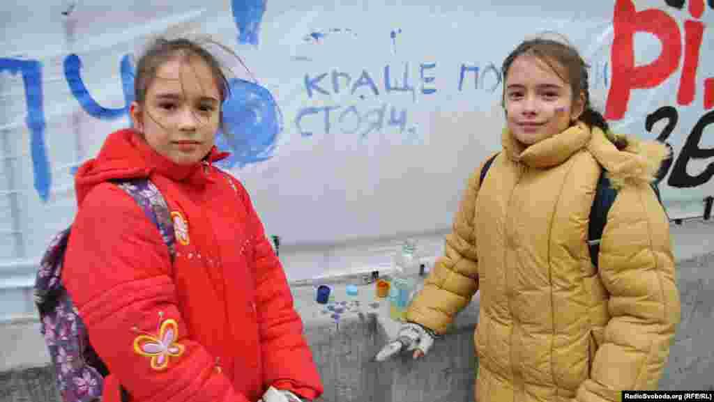 Шестикласниці Львіської академічної гімназії Оксана і Наталя Паляниці