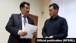 Долбоордун автору Элзар Токтоназаров жана саламаттык сактоо министри Талантбек Батыралиев.