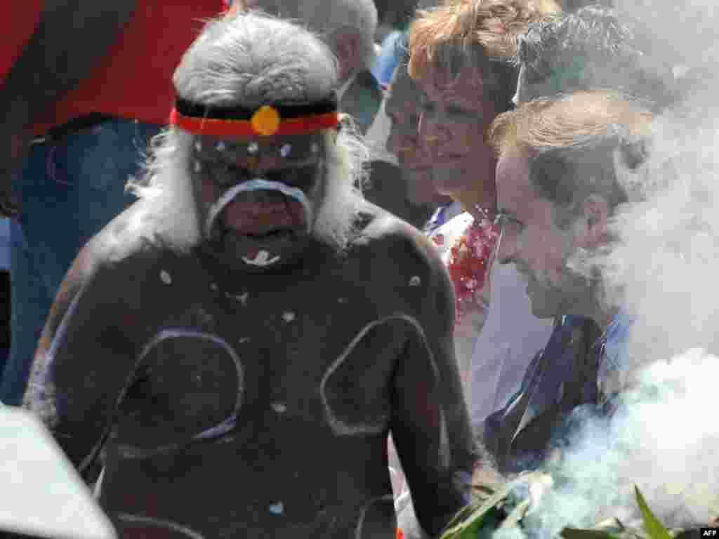 Адзін зь лідэраў аўстралійскіх абарыгенаў на цырымоніі сустрэчы ў Сыднэі брытанскага прынца Ўільяма, які наведвае Аўстралію, як прадстаўнік каралевы Брытаніі.