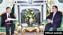 Встреча президента Таджикистана Эмомали Рахмона с послом США Кеном Гроссом, Душанбе, 22 июня 2011 года.