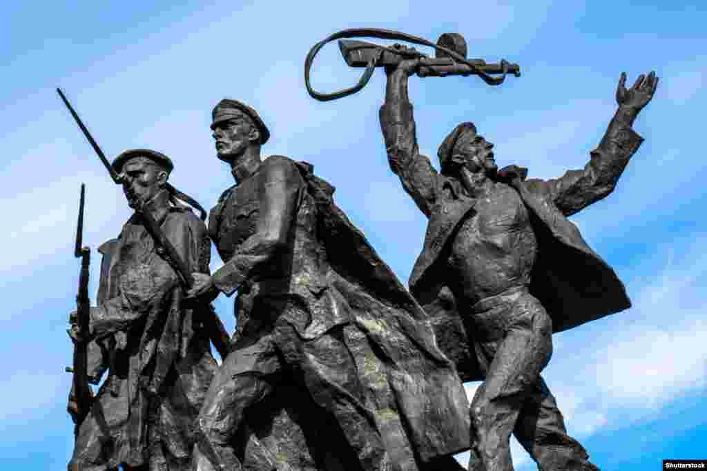 Statue of soldiers marching to war at the Monument to the Heroic Defenders of Leningrad in St. Petersburg.