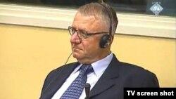 Відеокадр: Воїслав Шешель слухає рішення Гаазького трибуналу 28 червня 2012 року