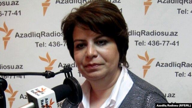 Gülər Əhmədova AzadlıqRadiosunun studiosunda (2001)