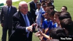 FIFA раҳбари Йозеф Блаттер Тошкентда ўзбекистонлик ёш футболчилар билан учрашмоқда.