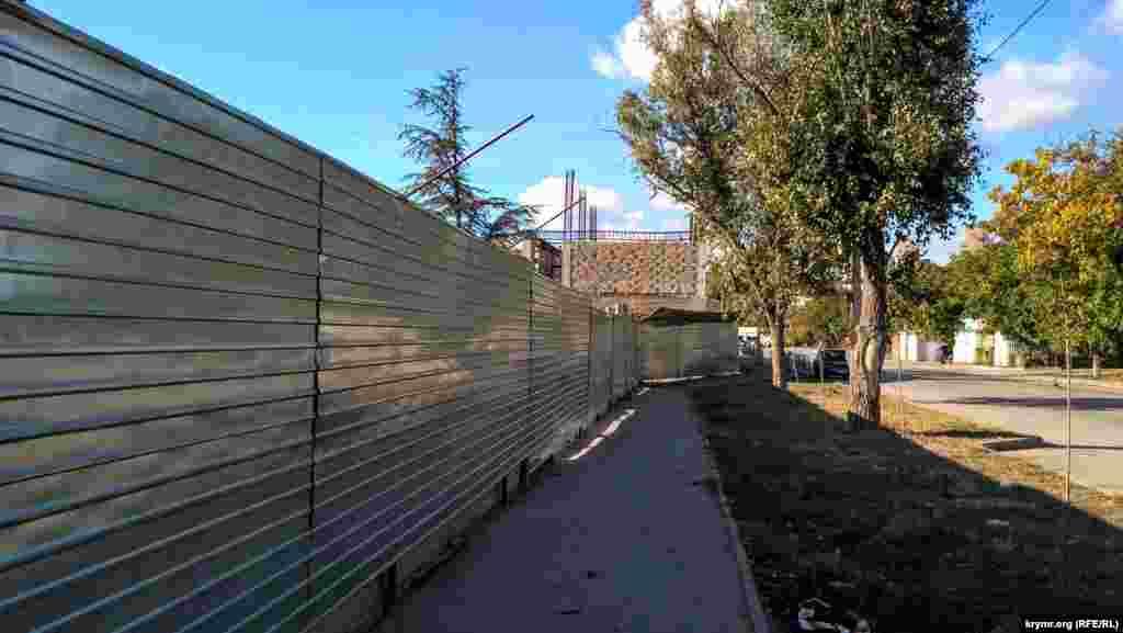 Так выглядит часть улицы Гурзуфской. Парк закрыт железным забором.