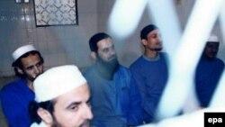 Ҷамол ал-Бадавӣ ва чаҳор ситезаҷӯи мазҳабӣ дар додгоҳи Яман. 15 сентябри соли 2004.