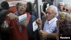 Հերթ հունական բանկերից մեկի մոտ՝ գումար ստանալու ակնկալիքով, 29-ը հունիսի, 2015թ.