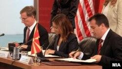 Ambasadori amerikan në Shkup, Pol Uollers, ministri i Drejtësisë, Blerim Bexheti, dhe ministrja e Punëve të Brendshme, Gordana Jankullovska.