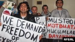 Arxif foto. Jurnalistlərin mediaya azadlıq tələbilə keçirdikləri aksiyalardan biri. 25 noyabr 2006