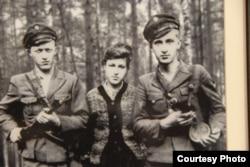 Командир сотні Української повстанської армії Мирослав Симчич (ліворуч) з побратимами. Архівне фото