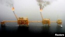 Іранські нафтовидобувні платформи в Перській затоці до запровадження міжнародних санкцій, фото 2005 року