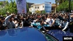 حمله دانشجویان مخالف به خودروی حامل هاشمی رفسنجانی