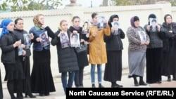 Митингующие стояли вдоль дороги, ведущей в Хасавюрт