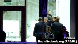 Медведчук в сопровождении неизвестных покидает VIP-терминал
