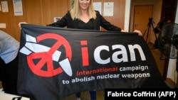 """Флаг с логотипом """"Международной кампании за ликвидацию ядерного оружия"""""""