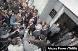 Борис Березовский во время беседы с журналистами после допроса, 1999 год